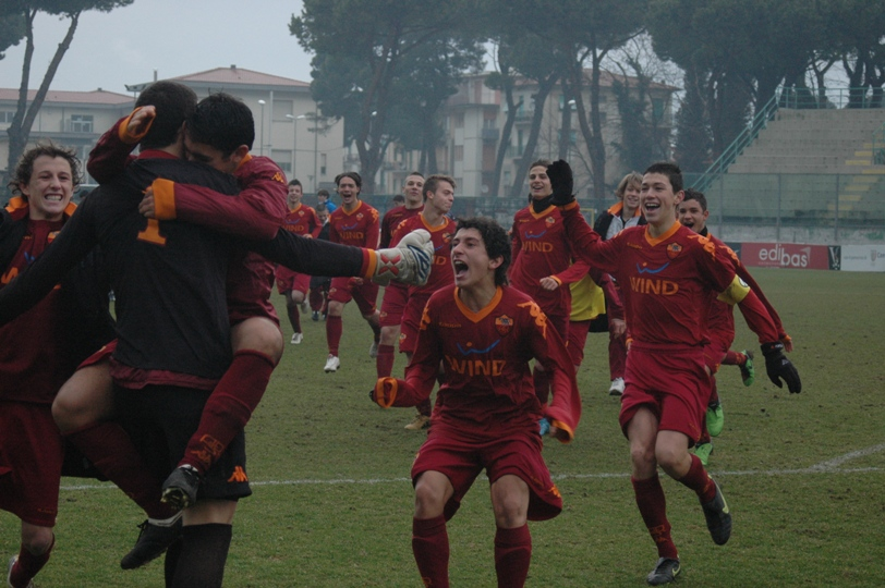 09_la_gioia_dei_giovani_lupacchiotti_dopo_il_successo_ai_calci_di_rigore.jpg